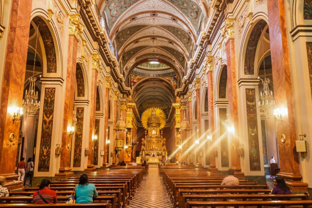 Im Inneren der Kathedrale von Salta, Argentinien, beeindrucken die imposanten Säulen und der reich mit Blattgold verzierte Altar aus dem Spätbarock - © Matyas Rehak / Shutterstock