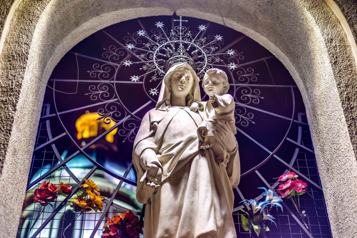 Kunstvolle Marienstatue in der Kathedrale von Salta, Argentinien, einer der wichtigsten Sehenswürdigkeiten der Stadt - © Anibal Trejo / Shutterstock