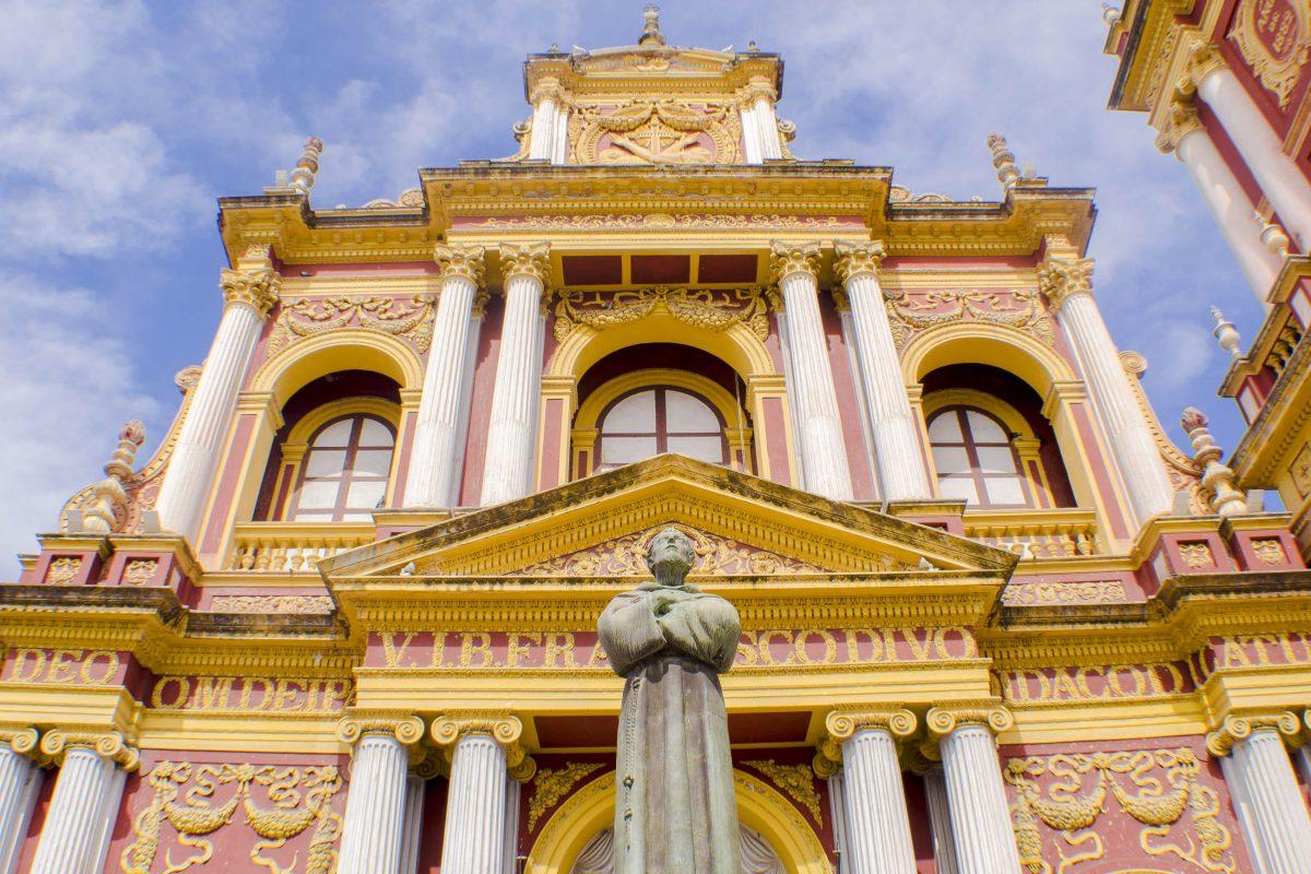 Mit ihrer prächtig geschmückten Rokoko-Fassade gilt die prunkvolle Basilika San Francisco in Salta als nationales Denkmal von Argentinien - © Abner Veltier / Shutterstock