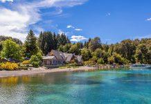 Im Sommer Argentiniens lädt der Lago Nahuel Huapi im gleichnamigen Nationalpark zum Sprung ins kühle Nass - © jo Crebbin / Shutterstock