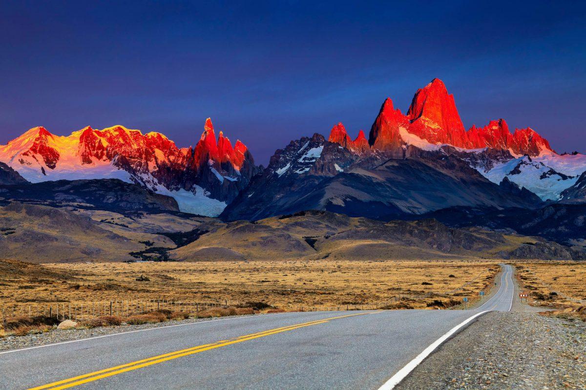 Traumhafter Sonnenuntergang im Los Glaciares Nationalpark in Argentinien - © Pichugin Dmitry / Shutterstock