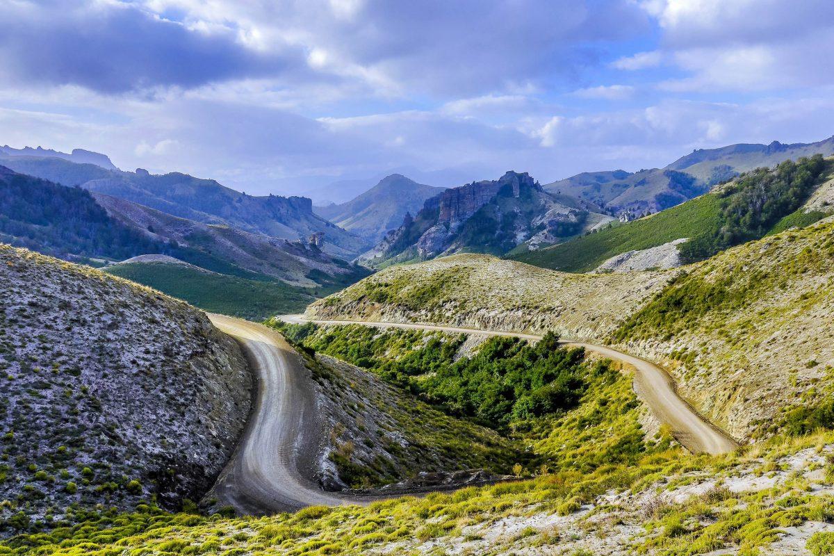 Über zahlreiche Serpentinen windet sich die knapp 200km lange Ruta de Los Siete Lagos durch die Täler Patagoniens im Süden von Argentinien - © kovgabor / Shutterstock