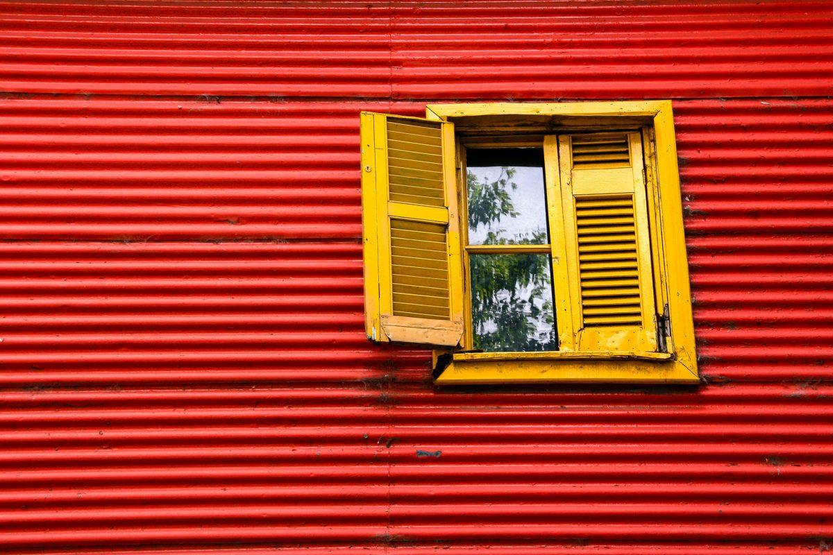 Wellblechfassade mit Fenster im Viertel La Boca in Buenos Aires, Argentinien - © ferretcloud / Fotolia