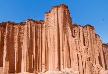 Wie riesige Orgelpfeifen ragen die Sandsteinklippen im Canyon des Talampaya-Nationalparks bis zu 150m in den kobaltblauen Himmel, Argentinien - © Eduardo Rivero / Shutterstock