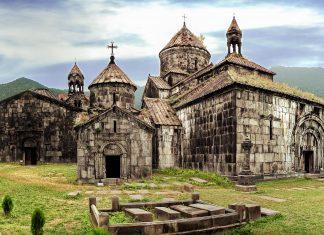 Das Kloster Haghpat in einem malerischen Tal am Fluss Debet in Armenien zählt als UNESCO-Weltkulturerbe zu den am besten erhaltenen Klosteranlagen des Landes - © Ryan Carter / Shutterstock