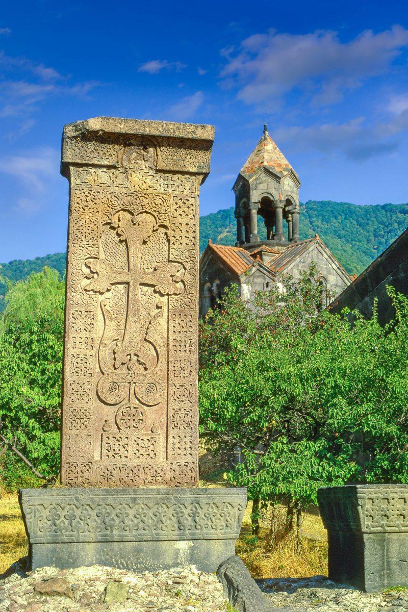 Die kunstvoll gemeißelten Gedächtnissteine des Klosters Haghpat in Armenien stammen aus dem 11. bis 13. Jahrhundert - © Pecold / Shutterstock