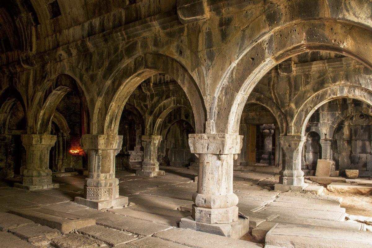 Innenraum im Kloster Sanahin, Armenien - © Maroš Markovič / Fotolia