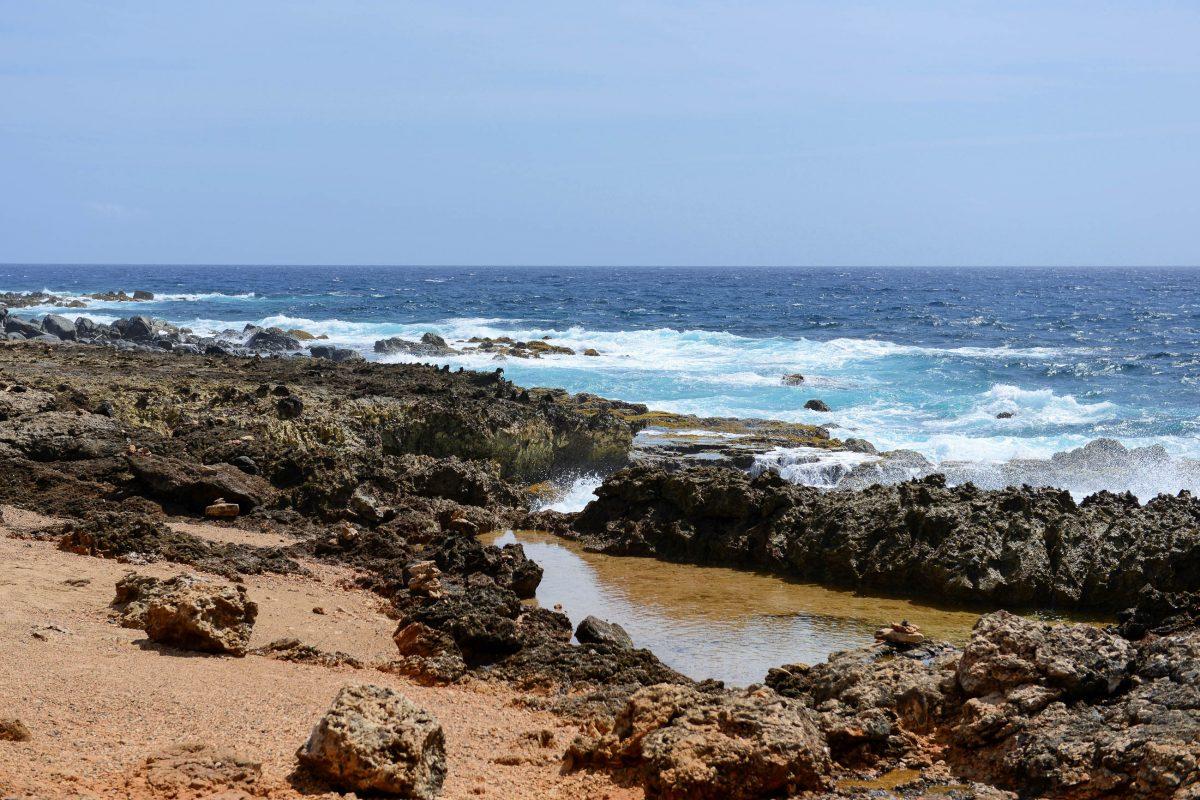 Allein aufgrund der spektakulären Küste im Norden von Aruba lohnt sich ein Besuch der eingestürzten Natural Bridge - © James Camel / franks-travelbox