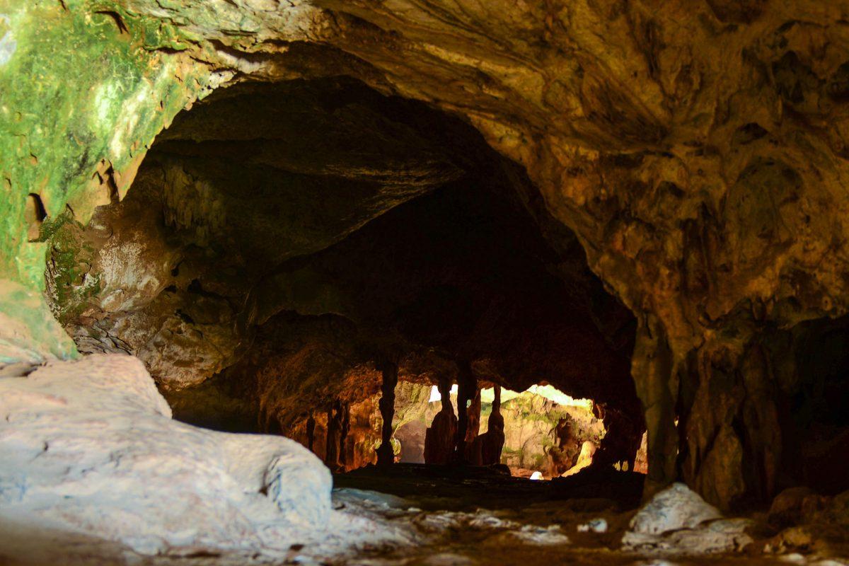 Blick auf die vom Sonnenlicht hell erleuchtete Höhlenkammer der Quadirikiri Cave im Arikok Nationalpark, Aruba - © James Camel / franks-travelbox