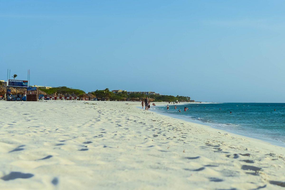 Der 5km lange Eagle Beach zählt zu den schönsten Stränden auf Aruba - © James Camel / franks-travelbox