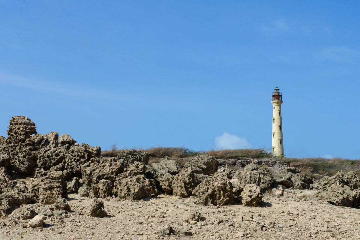 Der steinerne California Leuchtturm auf der karibischen Insel Aruba liegt ganz an der nördlichsten Spitze am Arashi Beach - © James Camel / franks-travelbox
