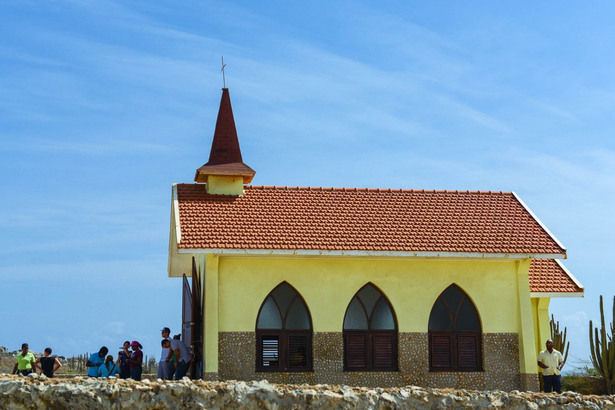 Die leuchtend gelbe Alto Vista Kapelle im Nordosten von Aruba gehört zu den am meisten frequentierten Touristen-Spots der Karibik-Insel - © James Camel / franks-travelbox