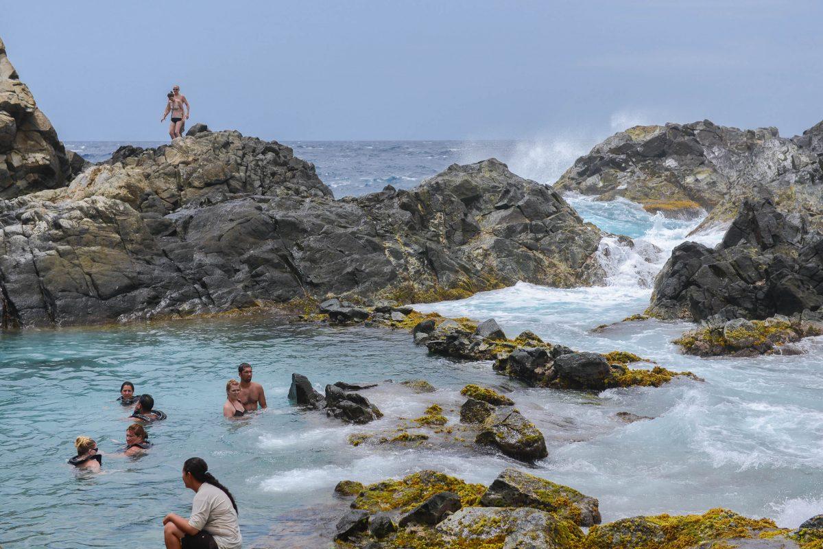Ein Bad im Natural Pool im Arikok Nationalpark sorgt nach dem anstrengenden Anmarsch für Abkühlung, Aruba - © James Camel / franks-travelbox