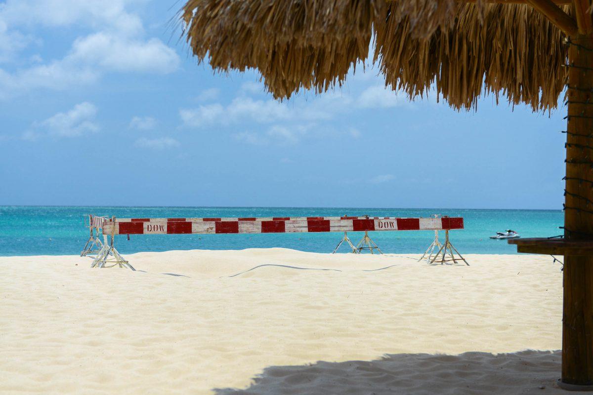 Hölzerne Schranken markieren die Brutstätten von Schildkröten an Arubas Stränden, hier am traumhaften Eagle Beach - © James Camel / franks-travelbox