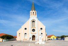 Arubas schmucke Santa Ana Kirche zwischen Oranjestad und Noord Arubas ist heute vor allem durch ihren wunderbar geschnitzten Altar sehenswert - © James Camel / franks-travelbox
