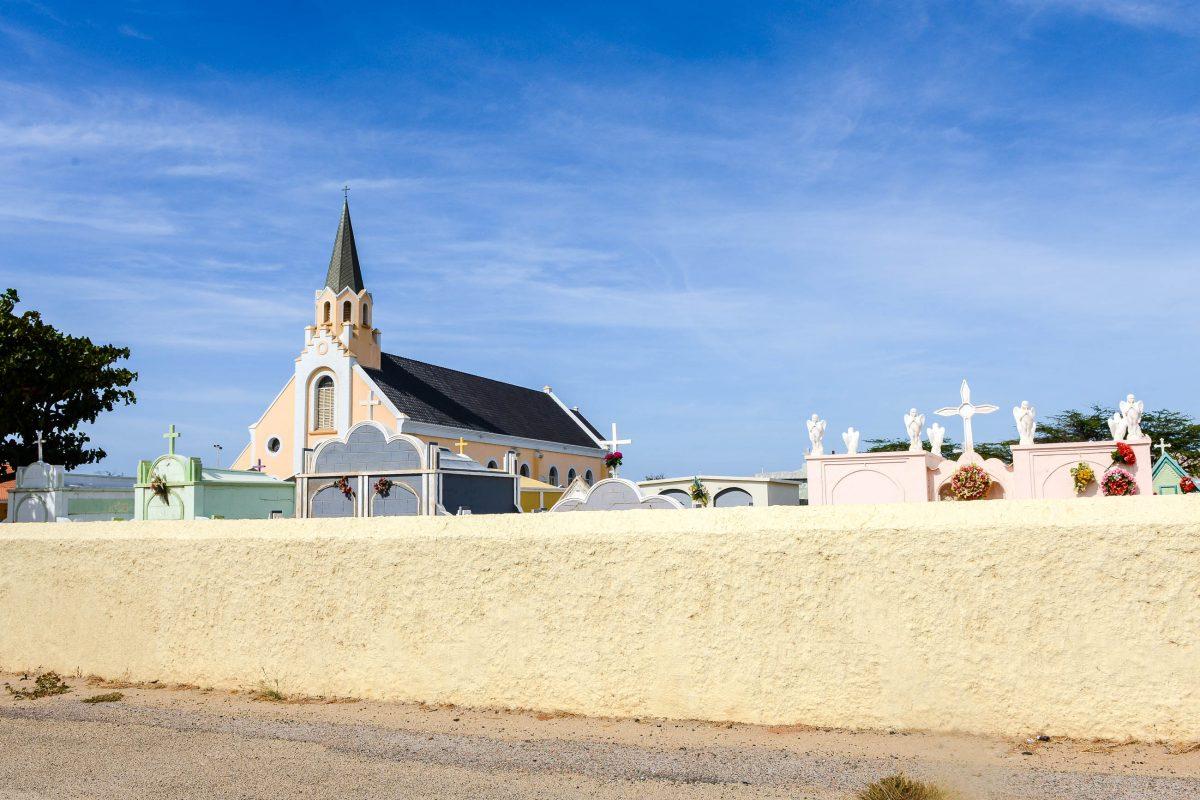 Verschiedenste Gräber in Pastelltönen umgeben die Santa Ana Kirche, das zweitälteste Gotteshaus Arubas - © James Camel / franks-travelbox