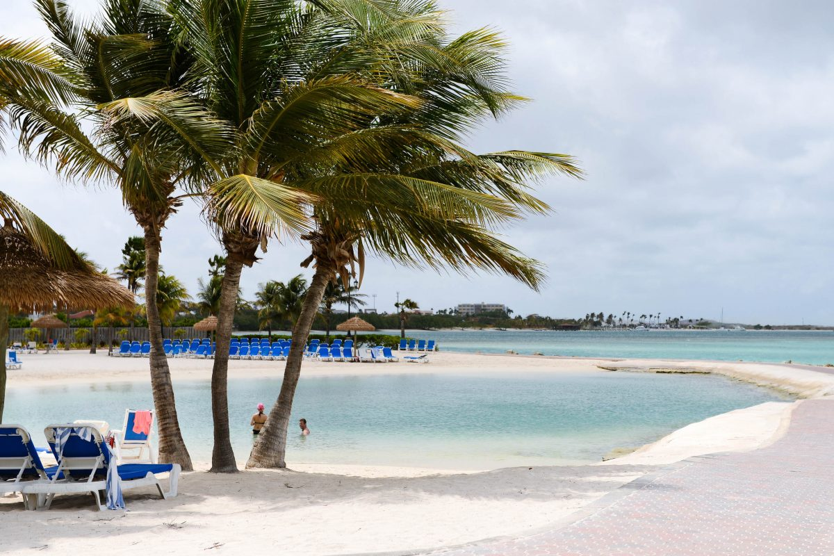 An der wunderbaren Lagune von Oranjestad haben sich Hotelstrände breitgemacht, Aruba - © James Camel / franks-travelbox