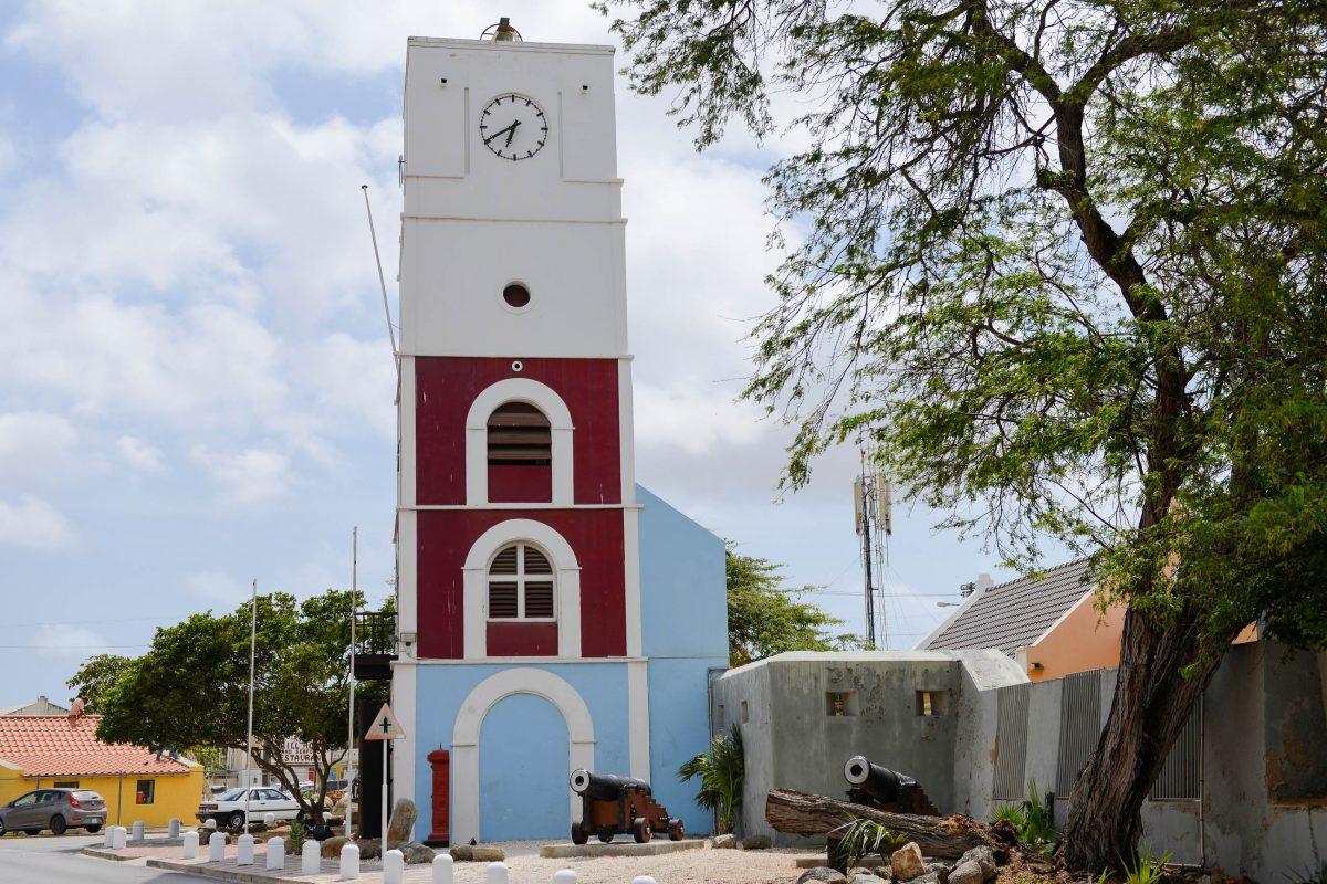 Das Fort Zoutman wurde 1798 zum Schutz vor Piraten errichtet und wird vom Willem III. Turm aus dem Jahr 1868 überragt, Aruba - © James Camel / franks-travelbox