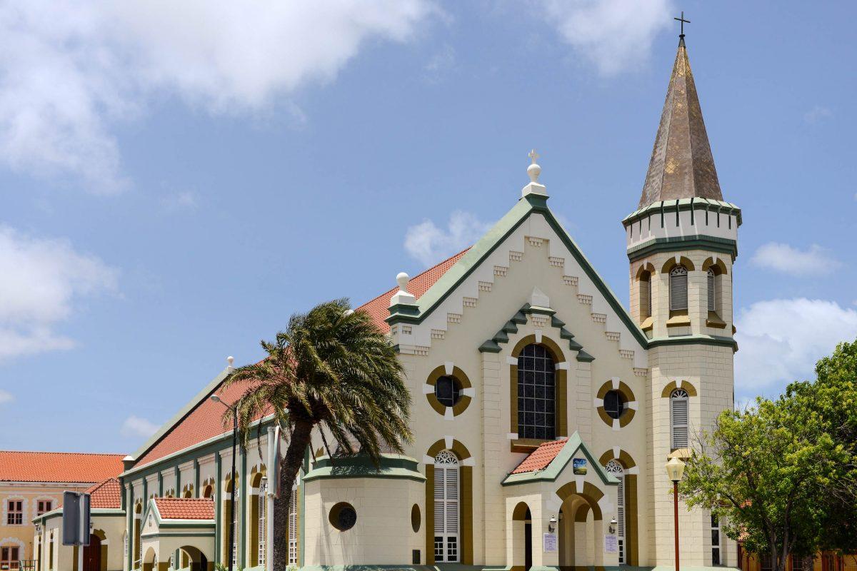 Der 22m hohe Turm der 1919 erbauten Franziskus-Kirche überragt nicht nur das Gotteshaus, sondern auch das zugehörige Kloster mit einer Schule, Oranjestad, Aruba - © James Camel / franks-travelbox