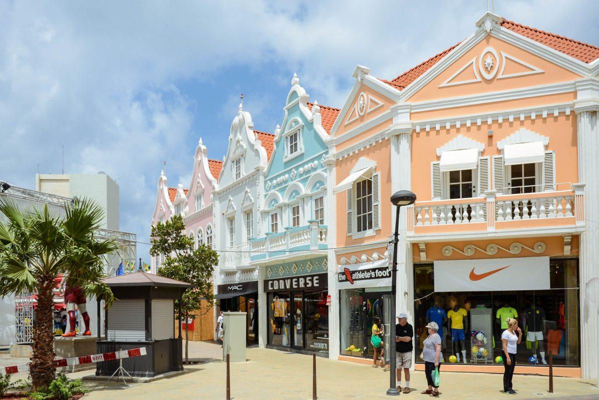 """Eingang zur """"Neuen Plaza"""" in Oranjestad, einem unübersehbar nach niederländischem Vorbild errichteten Platz - © James Camel / franks-travelbox"""