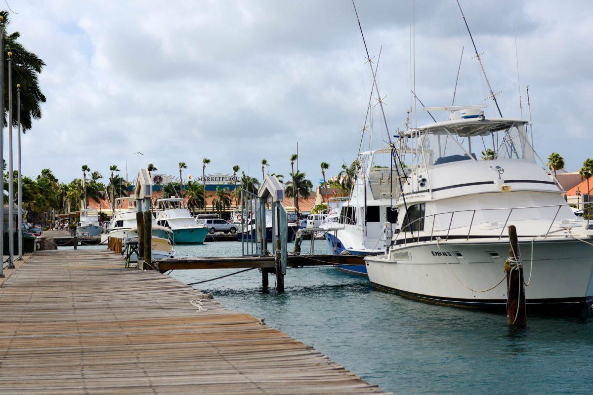 In der Paardenbaai in Oranjestad liegen die Luxusyachten Arubas vor Anker, Aruba - © James Camel / franks-travelbox