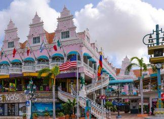 In der Seaport Village Mall in Oranjestad, Aruba, die eindeutig der niederländischen Architektur nachempfunden wurde, finden sich Souvenir-Shops, Bars und Restaurants - © James Camel / franks-travelbox