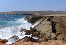 Von der einst 35 Meter langen Natural Bridge an der Nordküste Arubas sind heute nur noch einige Trümmer übrig - © James Camel / franks-travelbox