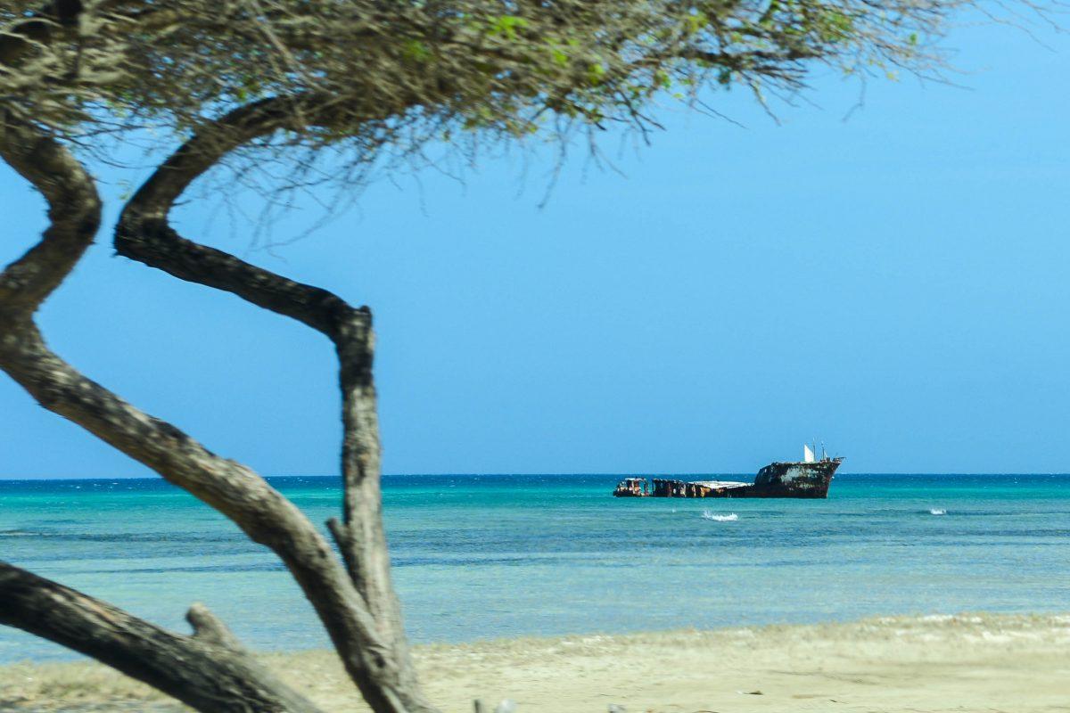 Vor der Küste Arubas am Palm Beach liegt das Wrack des Öltankers Perdernalis - © James Camel / franks-travelbox