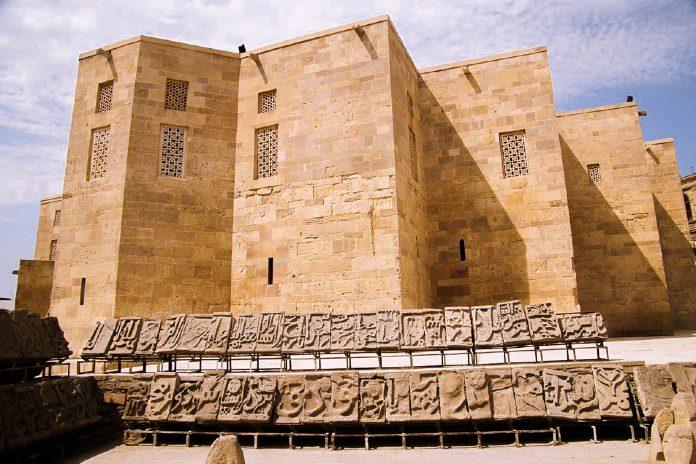 Die Sabayil-Burg in Aserbaidschan liegt im Kaspischen Meer begraben, kommt jedoch Stück für Stück wieder an die Oberfläche - © Bruno Girin CC BY-SA2.0 /Wiki