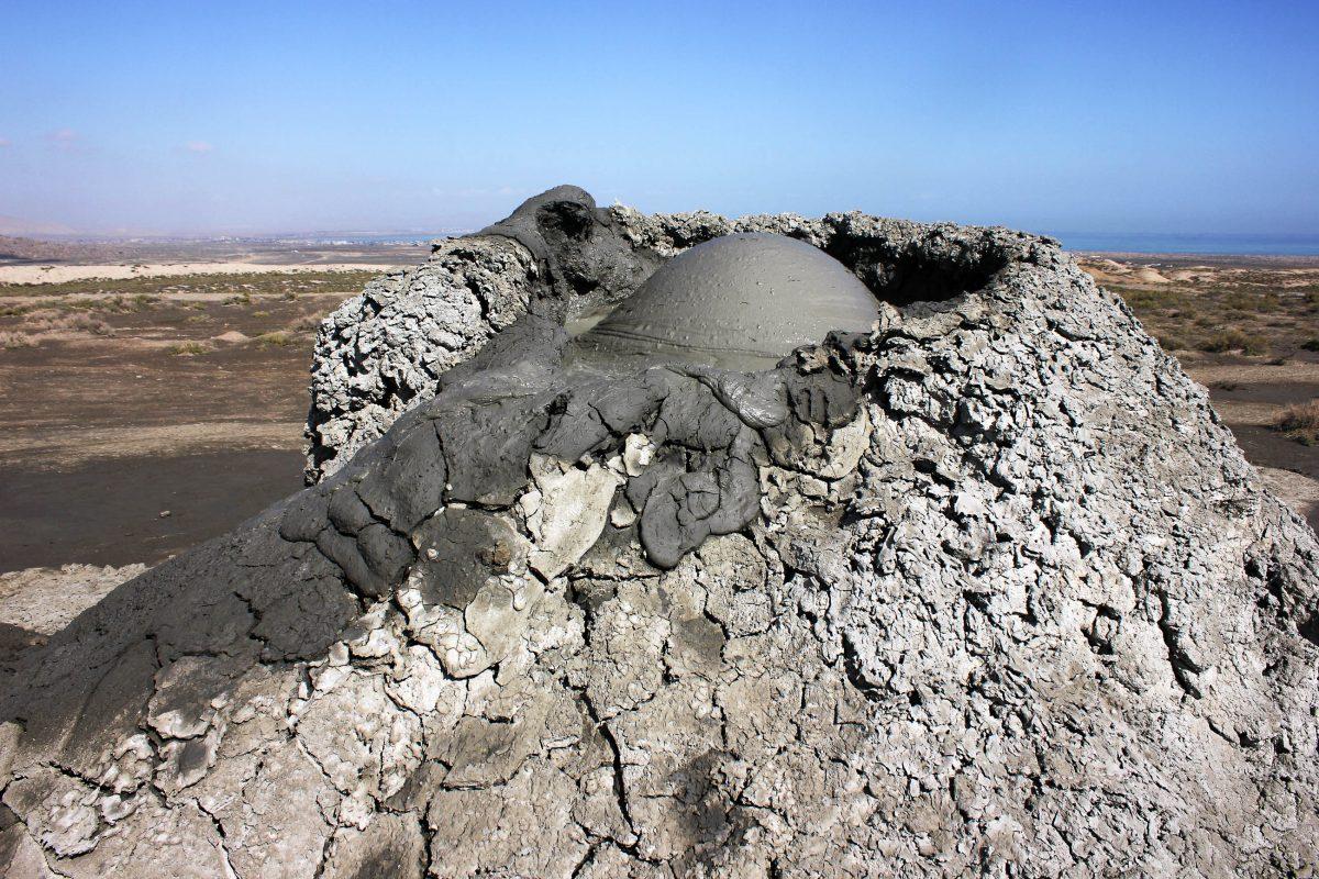 Ein Schlammvulkan im Qobustan Nationalpark, hier finden sich mehr als die Hälfte aller Schlammvulkane weltweit, Aserbaidschan  - © pkrysa - Fotolia