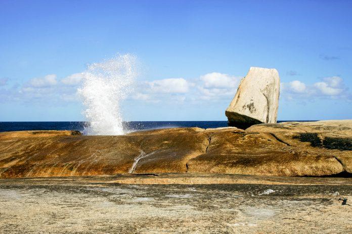 Auf der Insel Tasmanien findet sich eine Sehenswürdigkeit der besonderen Art, ein Blow Hole mit seinen spektakulären Wasserfontänen, Australien  - © oksana.perkins / Shutterstock