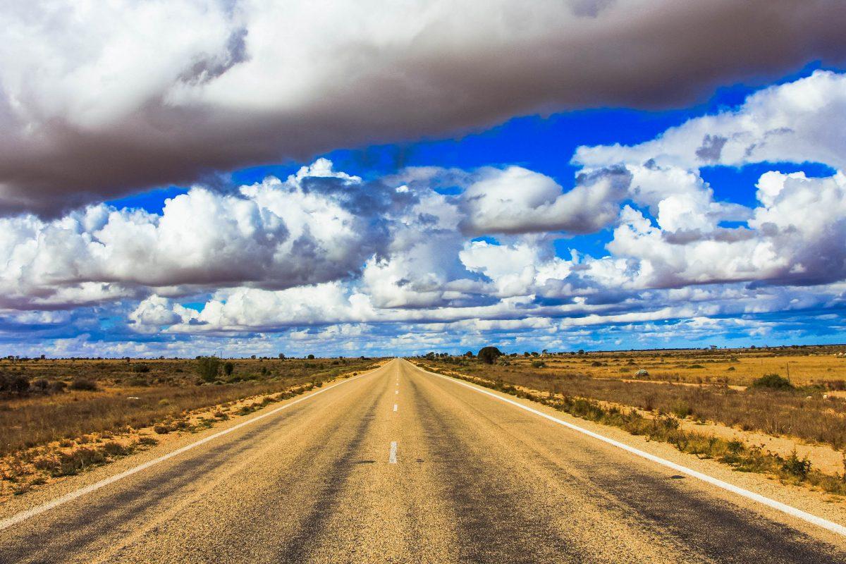 Der Eyre Highway in der Nullarbor-Wüste, mit 150km ohne Kurve Australiens längste gerade Straße - © IndiPhotographyAustralia/Shutterstock