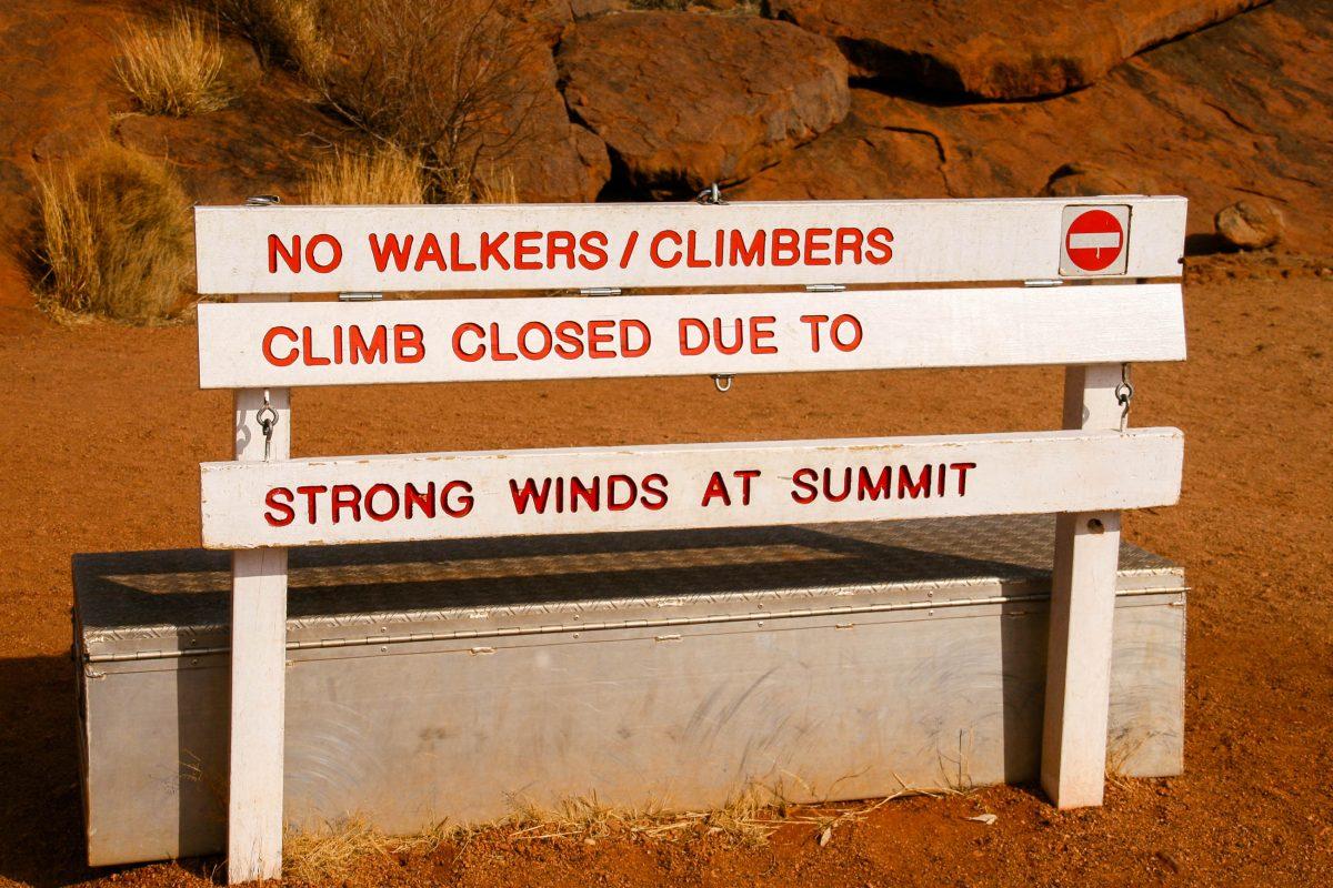 Ein Aufstieg auf den Uluru / Ayers Rock kann äußerst gefährlich sein. Es gab schon über 30 Todesfälle. Der Aufstieg wird immer wieder kurzfristig gesperrt, Australien - © ezk / franks-travelbox