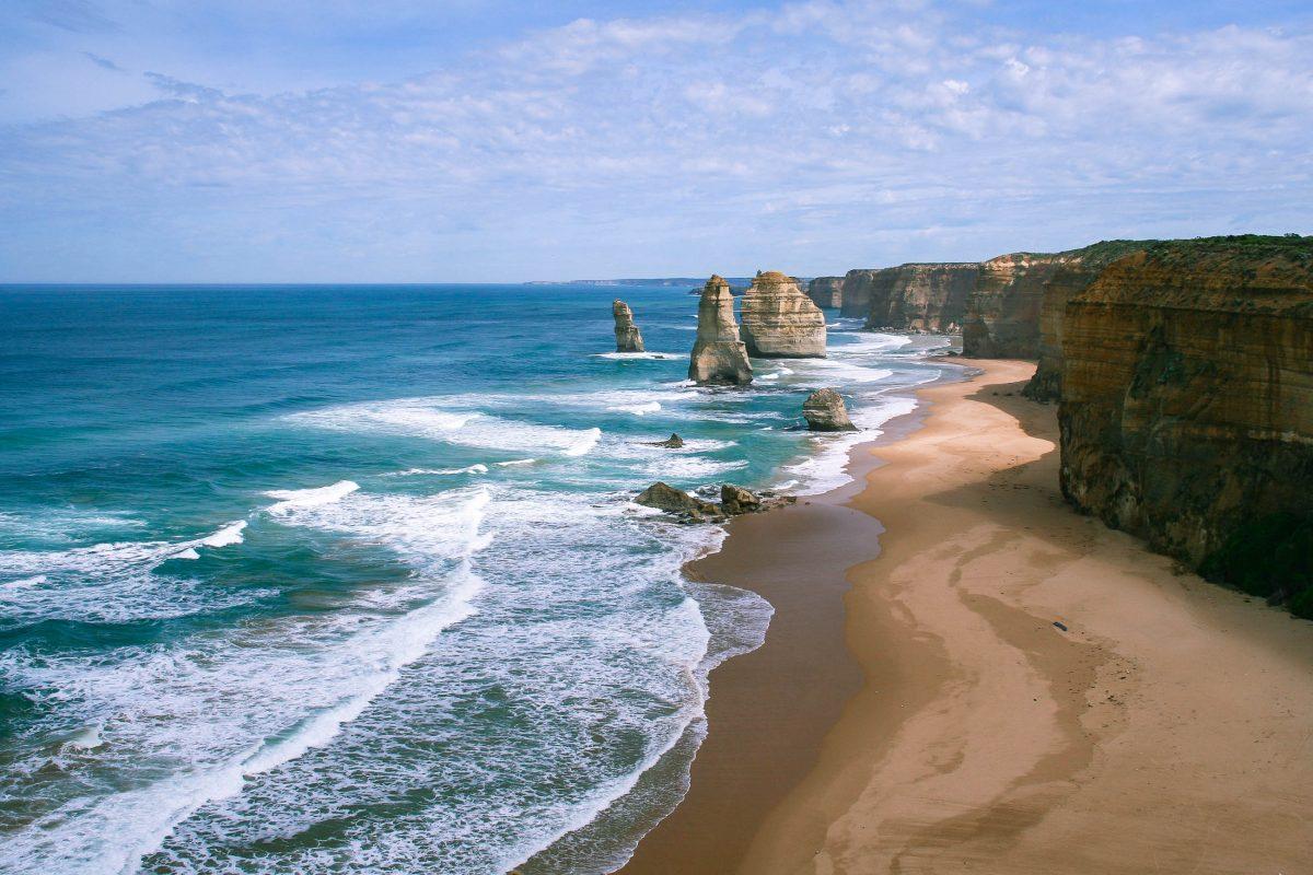 Erosion, Wind und Wellen haben aus den Höhlen Bögen und aus den Bögen die heutigen bis zu 60 Meter hohen Kalksteinpfeiler geformt, Zwölf Apostel, Australien - © ezk / franks-travelbox