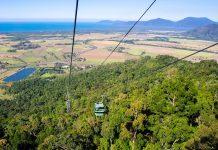 Die Skyrail Rainforest Cableway ist eine spektakuläre Seilbahn, deren Kabineninsassen auf einer 8km langen Strecke wenige Meter über dem Regenwald schweben, Kuranda, Australien - © tomoki1970 - Fotolia