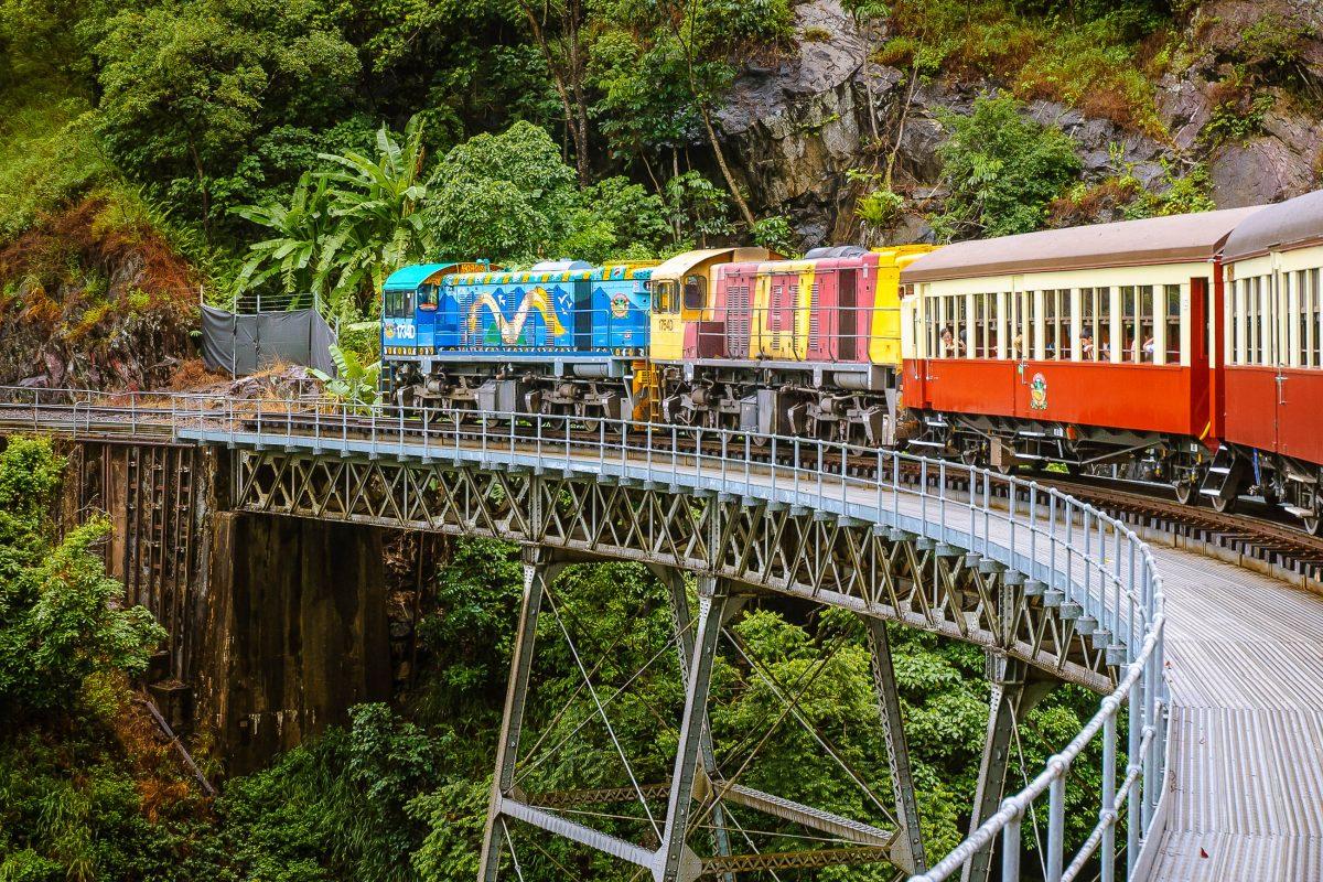 Um den Regenwaldes in vollen Zügen genießen zu können empfiehlt sich eine Fahrt mit der ursprünglich gehaltenen Kuranda Scenic Railway, aus dem Jahre 1891, Australien - © Evgeny Vostrikov - Fotolia