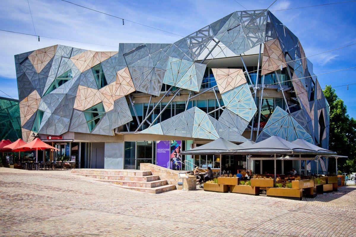 Das markante SBS-Rundfunk-Gebäude am Federations Square in Melbourne, Australien - © Neale Cousland / Shutterstock
