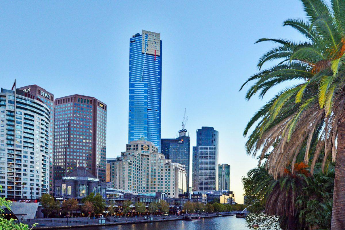 Der knapp 300m hohe Eureka Tower überragt die Skyline der Southbank in Melbourne, Australien - © ChameleonsEye / Shutterstock