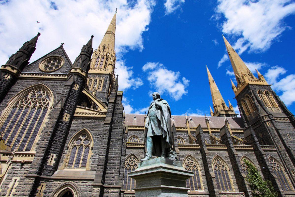 Die neugotische St. Patrick's Cathedral in Melbourne zählt mit ihrem über 100m hohen Turm zu den größten Kirchen Australiens - © Tupungato / Shutterstock