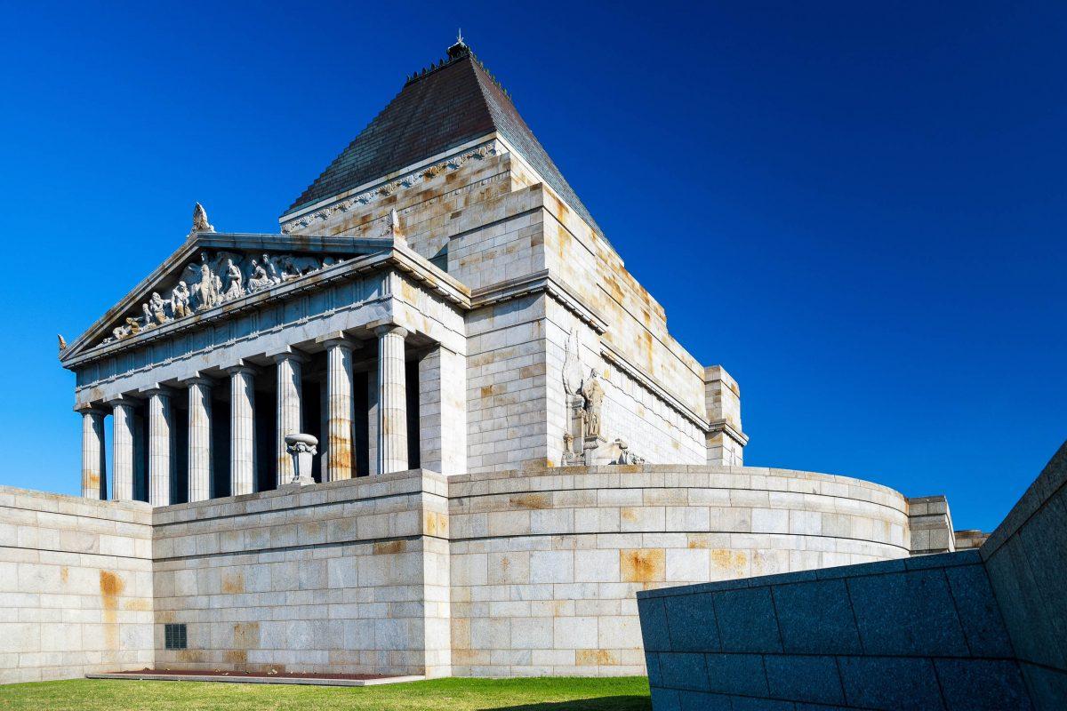 Mit dem Shrine of Remembrance ist in den Queen Victoria Gardens in Melbourne eines der größten Kriegerdenkmäler Australiens zu finden - © Chris Howey/ Shutterstock