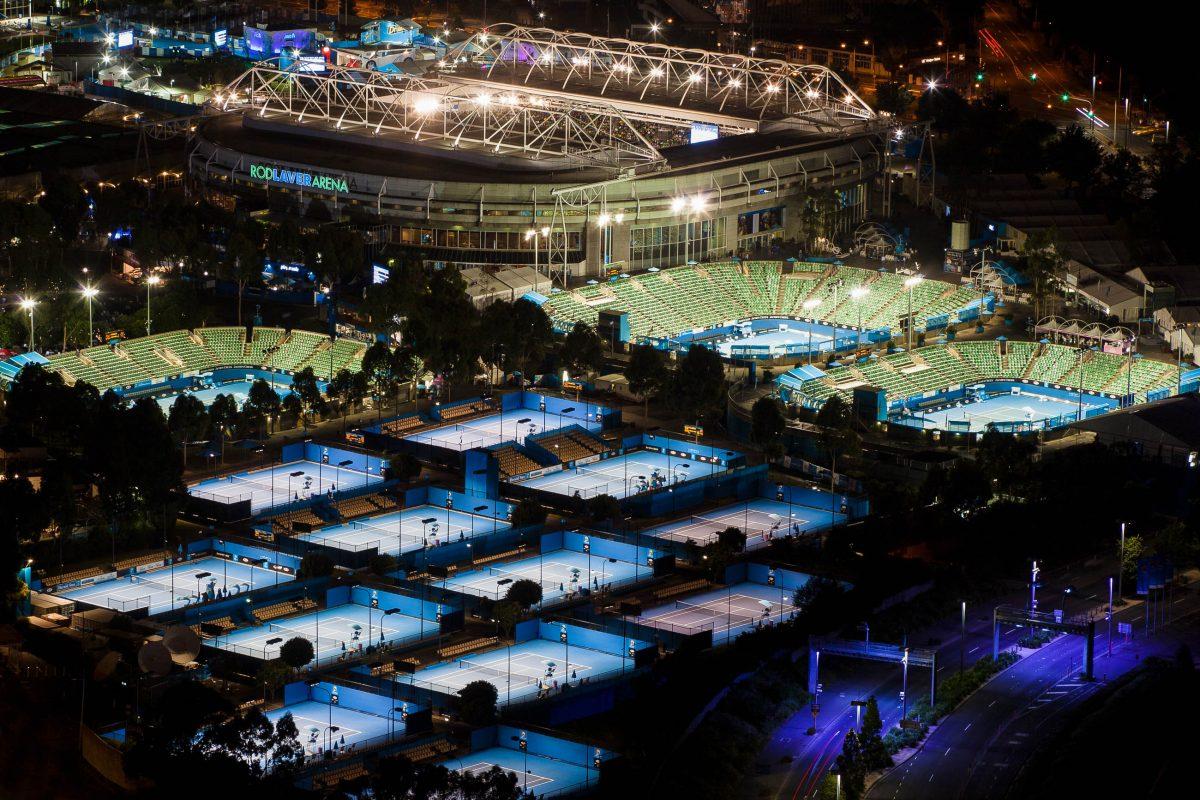 Nächtlicher Blick auf die gewaltige Anlage mit insgesamt 24 Hartplätzen der Australian Open in Melbourne, Australien - © Gordon Bell / Shutterstock