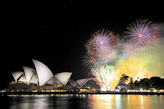 Das überwältigende Silvesterfeuerwerk im Hafen von Sydney ist auf der ganzen Welt bekannt, Australien - © Max Earey / Shutterstock