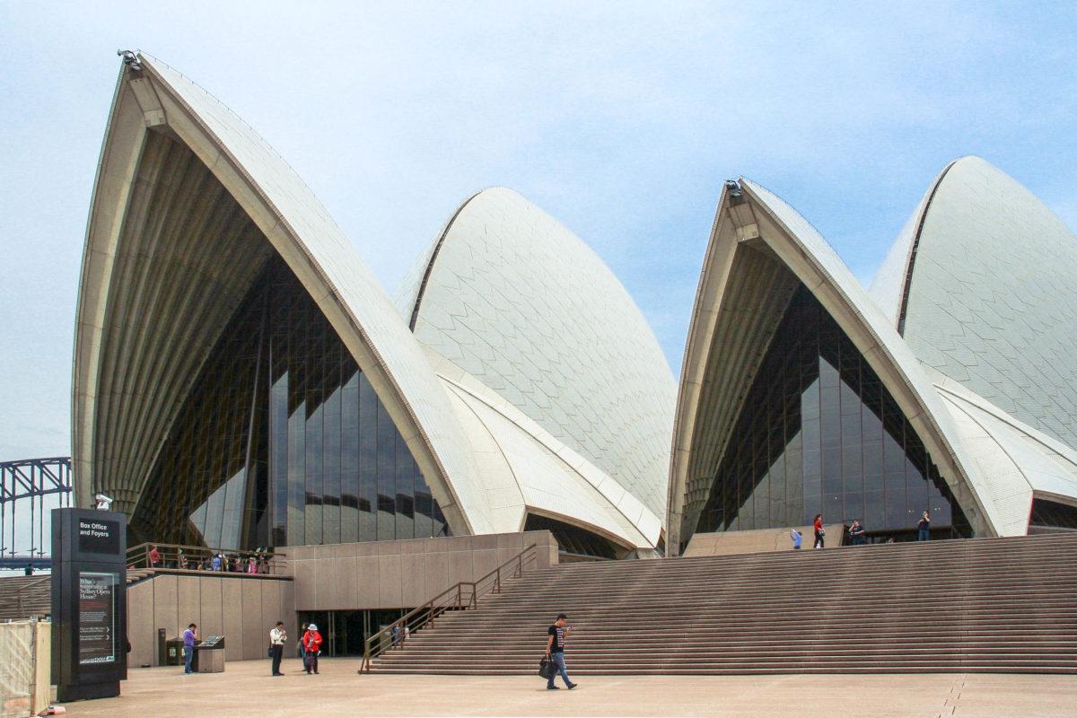 Die charakteristischen weiß gefliesten Spitzdächer des Sydney Opera House ragen 67 Meter über die künstliche Halbinsel im Pazifik auf und sind wohl auf der ganzen Welt bekannt, Australien - © ezk / franks-travelbox