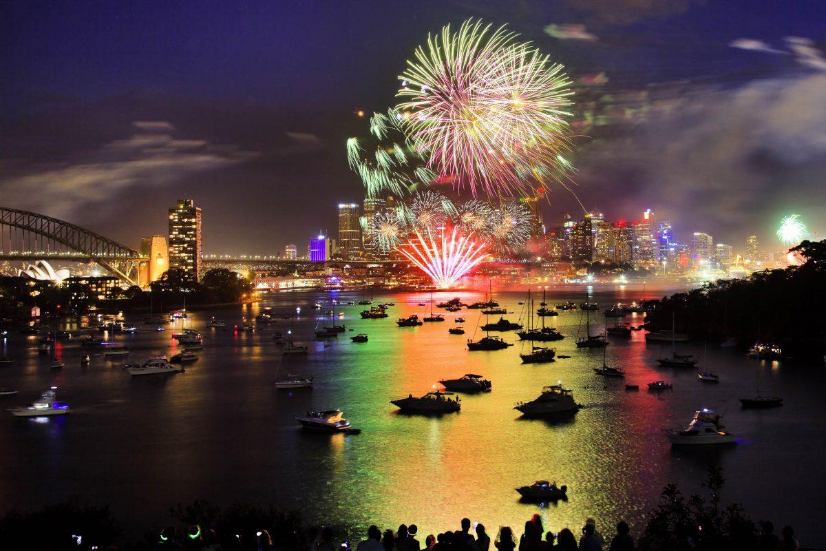 Im Hafenviertel von Sydney finden sich jeden 31. Dezember vor dem Silvesterfeuerwerk über eine Million Menschen ein, Australien - © Taras Vyshnya / Shutterstock