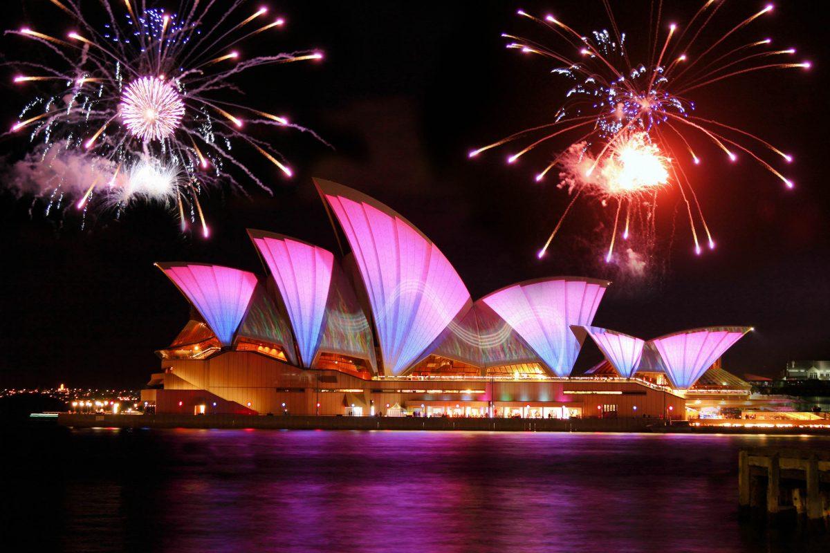 Über dem berühmten Opernhaus von Sydney wird jedes Jahr eines der spektakulärsten Silvesterfeuerwerke der Welt abgefeuert, Australien - © max blain / Shutterstock