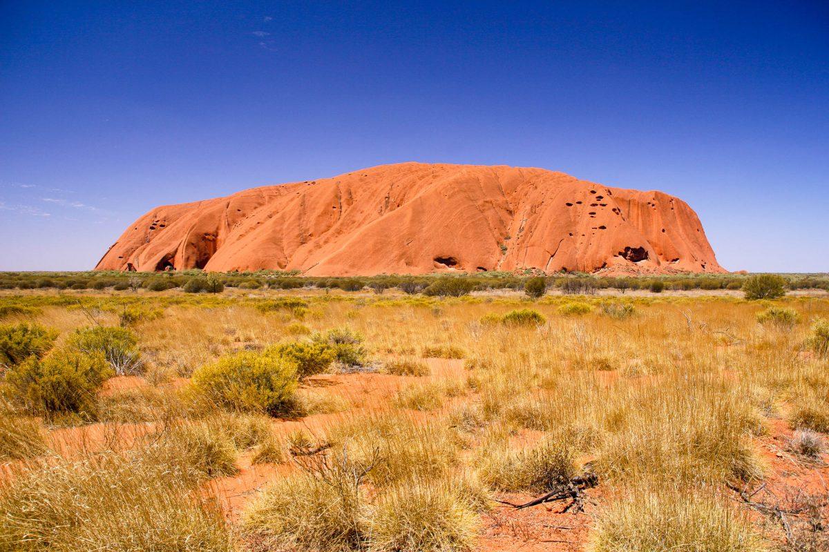 Über hunderte von Millionen von Jahren aus abgelagerten und aufgefalteten Gesteinsschichten entstanden ist der Ayers Rock heute 348m hoch, 3km lang und 2km breit, Australien - © ezk / franks-travelbox