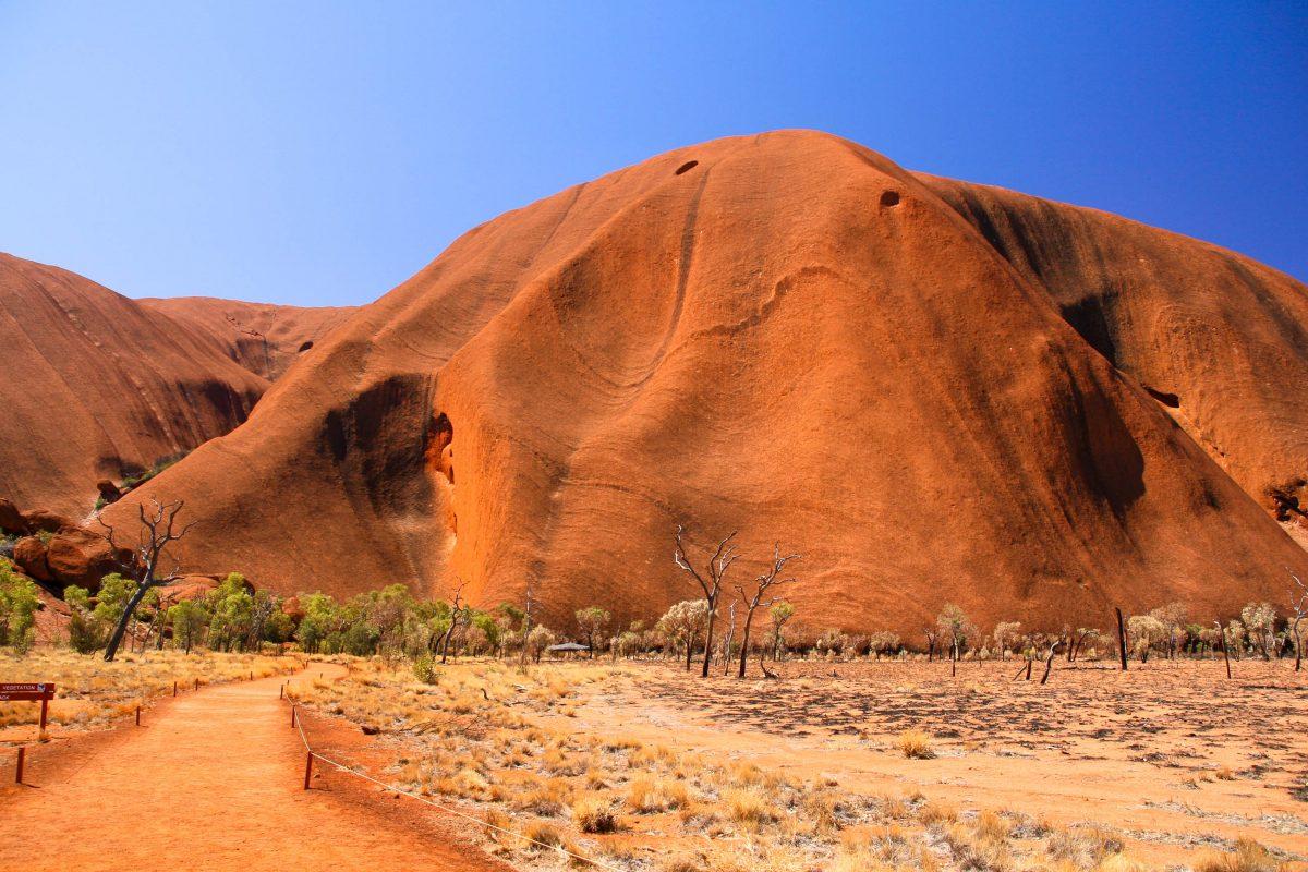 Wanderungen um den Ayers Rock, auf Wunsch auch von einem Ranger geführt, können am besten von zwei Parkplätzen aus unternommen werden (Mala und Kunija), Australien - © ezk / franks-travelbox