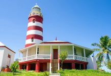 Der rot-weiß-rot gestreifte Leuchtturm von Hope Town auf den Bahamas warnte Schiffe vor dem gefährlichen Elbow Reef und ist bis heute wie noch vor hunderten Jahren handbetrieben - © Knumina Studios / Shutterstock