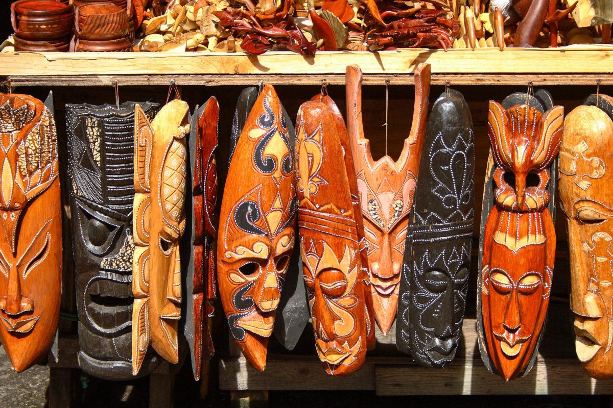 Masken am Strohmarkt in Nassau, Bahamas - © steven andres / Shutterstock