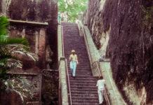 An der Queen's Staircase in Nassau befindet sich unter Palmen der einzige Wasserfall der Bahamas - © KLOTZ, CC BY-SA 3.0/Wiki